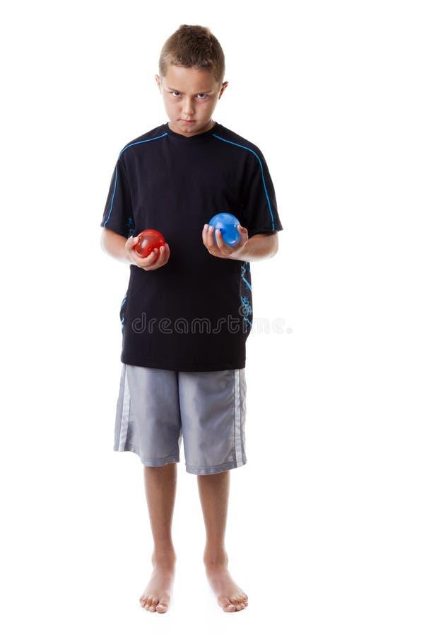 Pojken Med Bevattnar Ballonger Arkivbilder