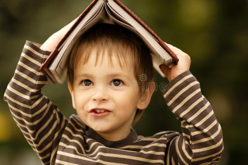 Pojken med bokar royaltyfria foton