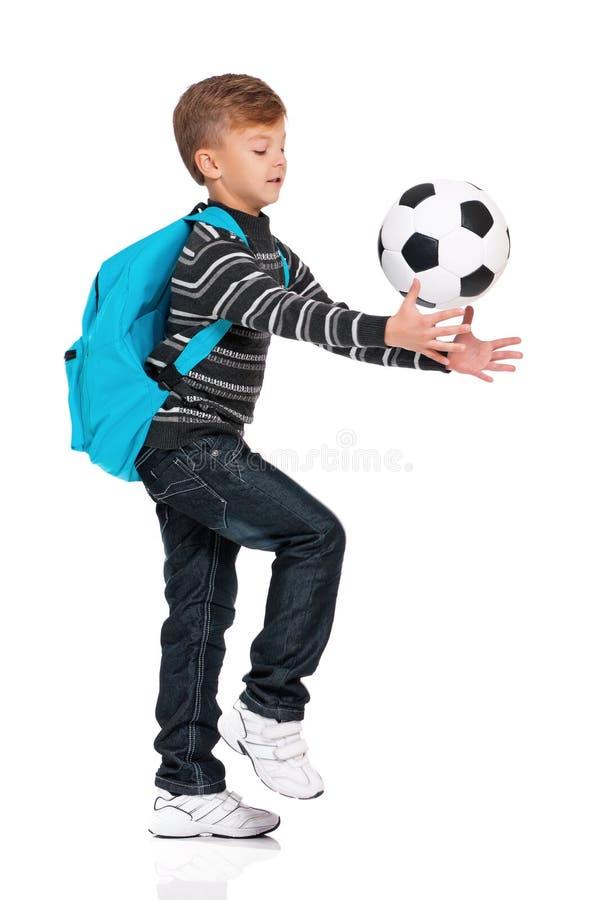 Pojken med fotboll klumpa ihop sig