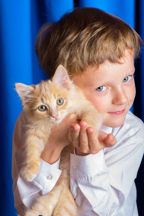 Pojken med kattungen fotografering för bildbyråer