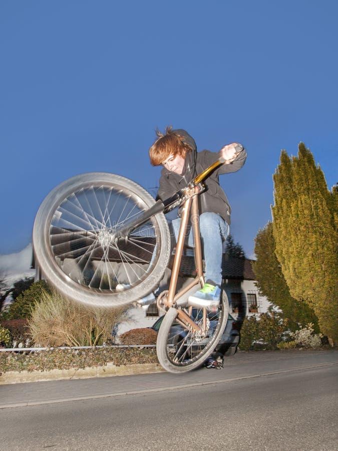 Pojken med motorcykel är på väg till luftburet royaltyfria foton