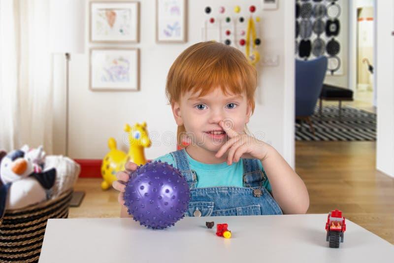 Pojken med rött hår väljer en näsa arkivbilder
