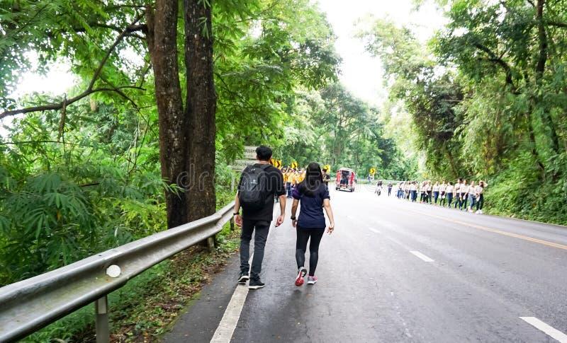 Pojken och flickan går på vägen arkivfoto