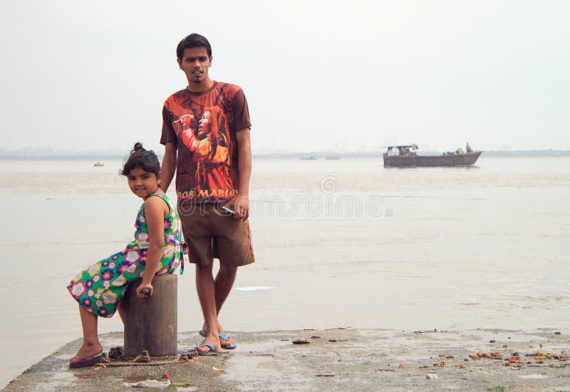 Pojken och flickan väntar på hamnplatsen i Mumbai royaltyfri fotografi