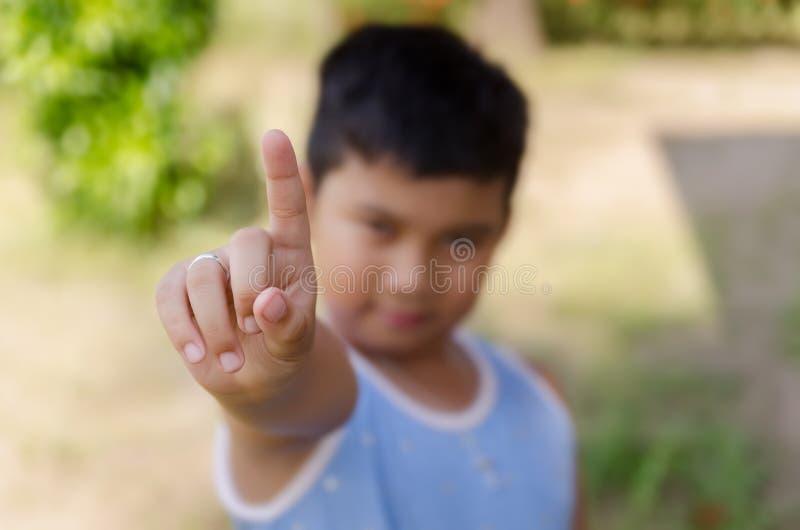 Pojken pekar ett finger royaltyfria foton