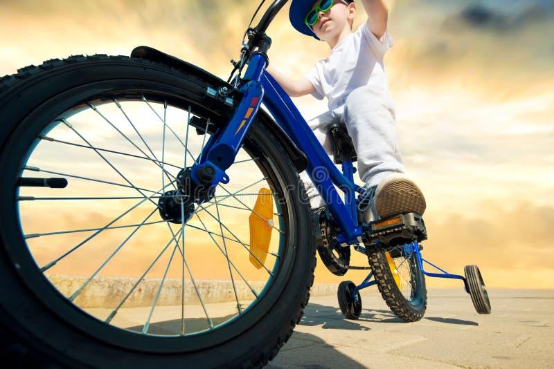 Pojken rider en cykel fartfylld cyklist royaltyfria foton