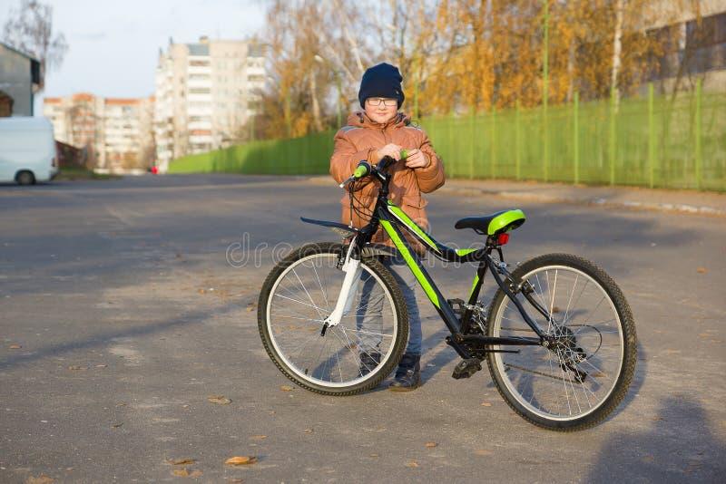 Pojken rider en cykel arkivfoton