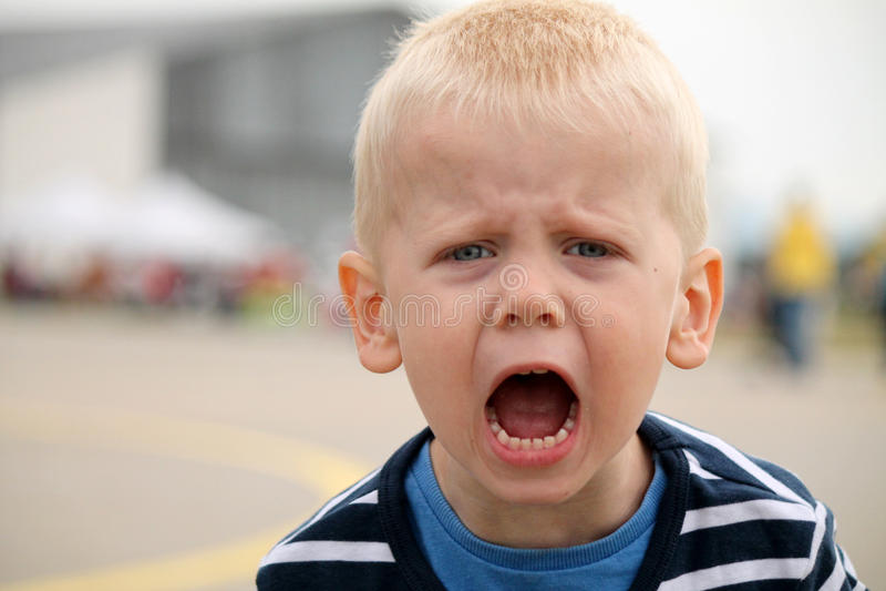 Pojken ropar arkivbild