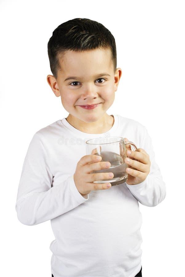 Pojken rymmer ut en kopp med rent vatten royaltyfri fotografi