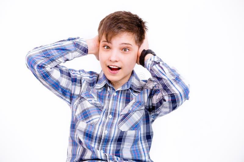 Pojken satte hans händer på hans huvud och skrän royaltyfri bild