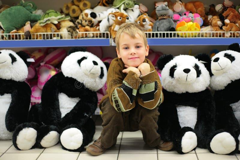 pojken shoppar toyen arkivfoto