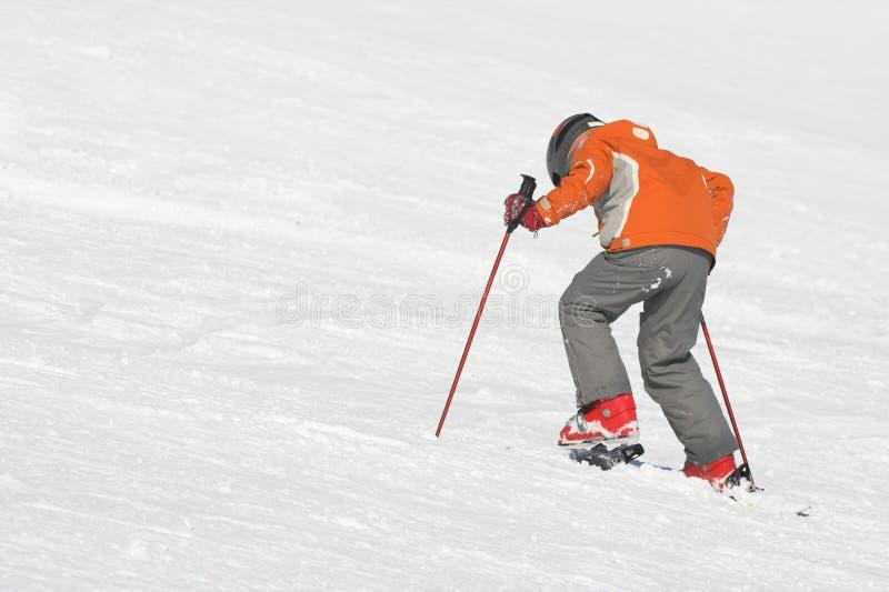 pojken skidar arkivbild