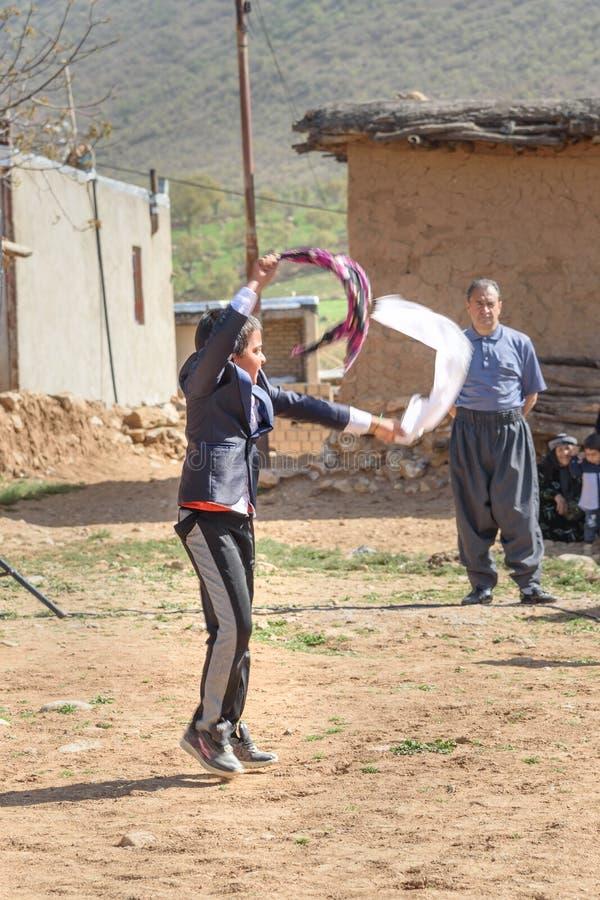 Pojken som dansing Lurish, dansar på bröllopceremoni i byn Lorestan landskap iran arkivbilder