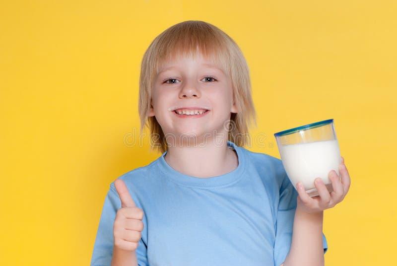 pojken som dricker mjölkar little arkivbild