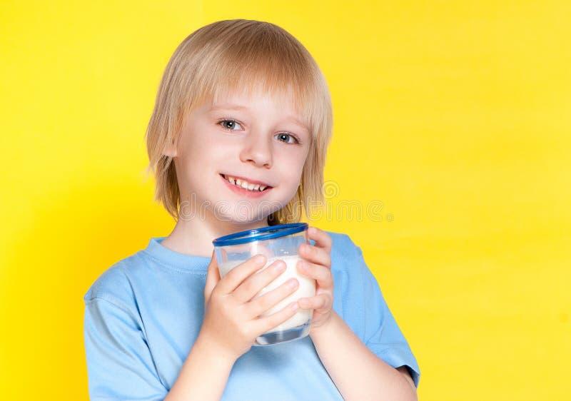 pojken som dricker mjölkar little royaltyfria foton