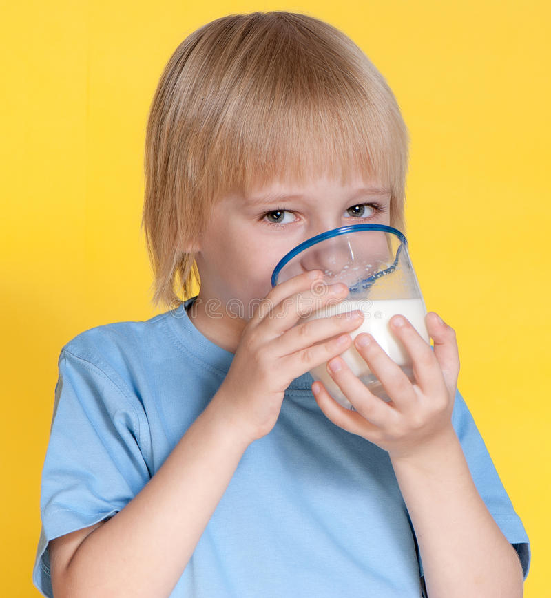 pojken som dricker mjölkar little royaltyfria bilder