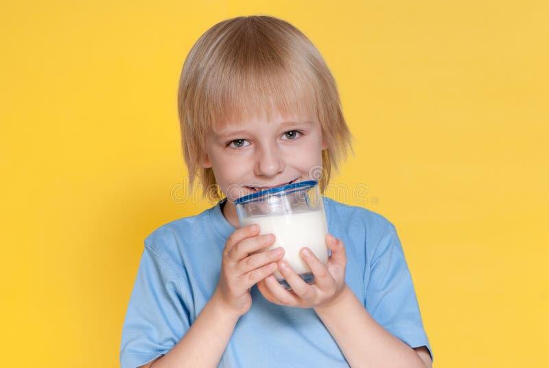 pojken som dricker mjölkar little arkivfoto