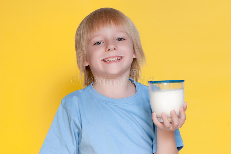 pojken som dricker mjölkar little royaltyfri fotografi