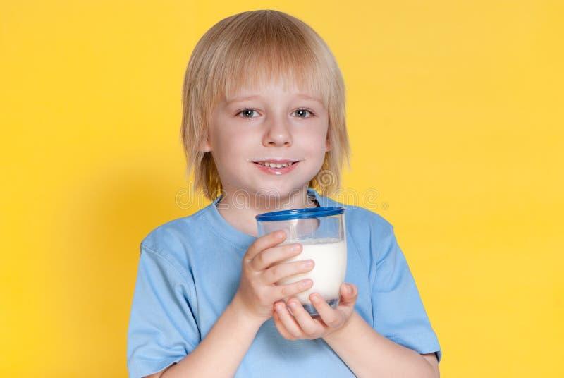 pojken som dricker mjölkar little fotografering för bildbyråer