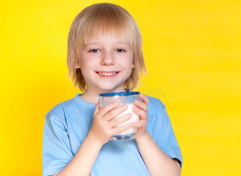 pojken som dricker mjölkar little arkivfoton