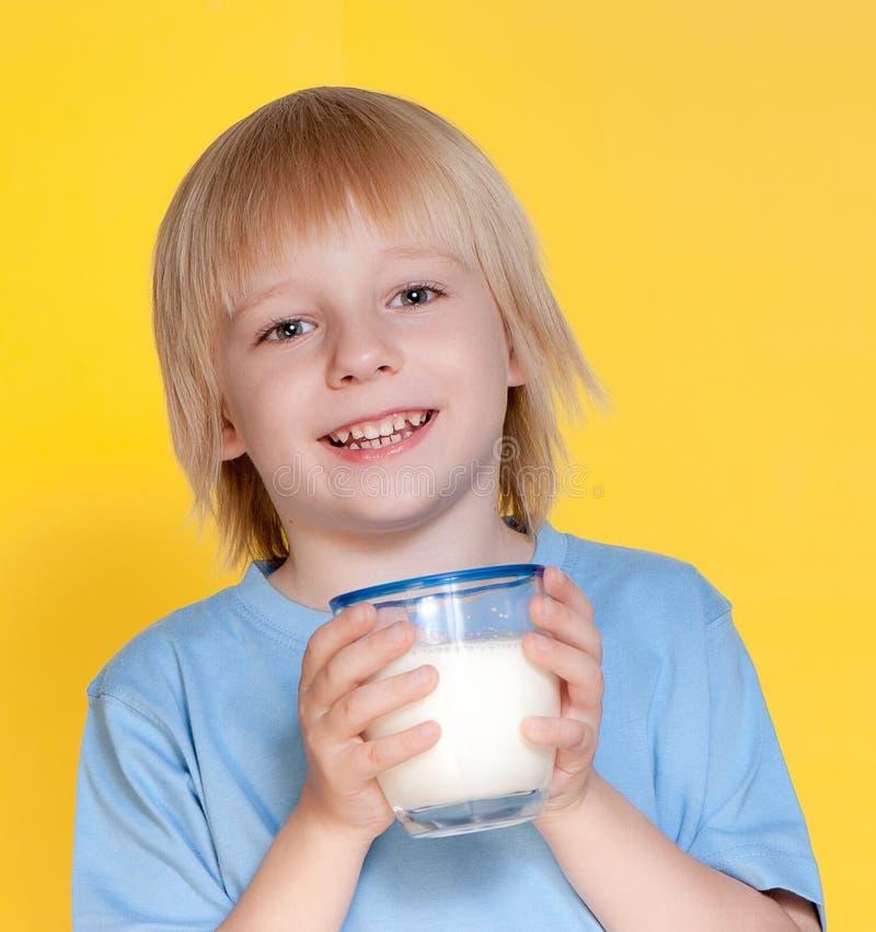 pojken som dricker mjölkar little royaltyfri foto