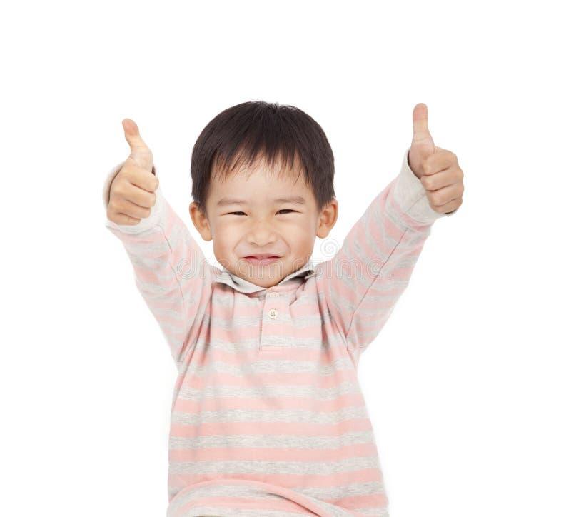 pojken som ger lyckliga tum, up dig royaltyfri foto