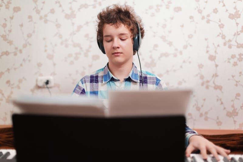 Download Pojken spelar pianot fotografering för bildbyråer. Bild av utbildning - 37349679