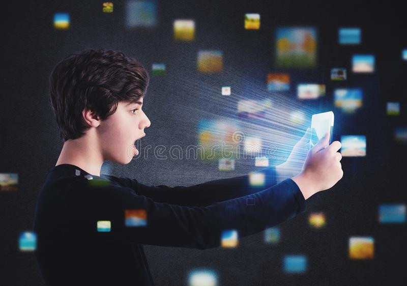 Pojken surfar på internet med en minnestavla arkivbilder