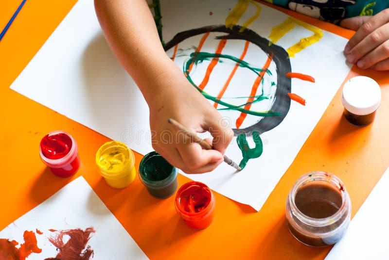 pojken tecknar little arkivfoto