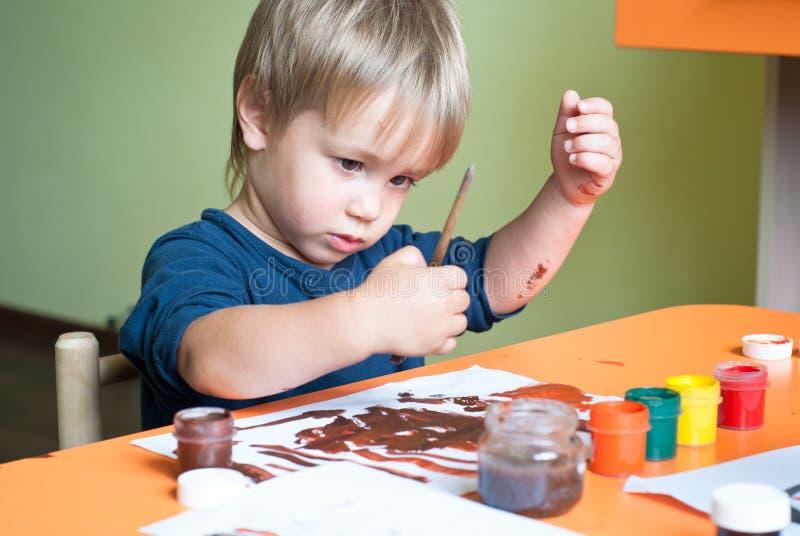 pojken tecknar little royaltyfri fotografi