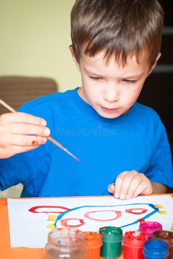 pojken tecknar little royaltyfria foton