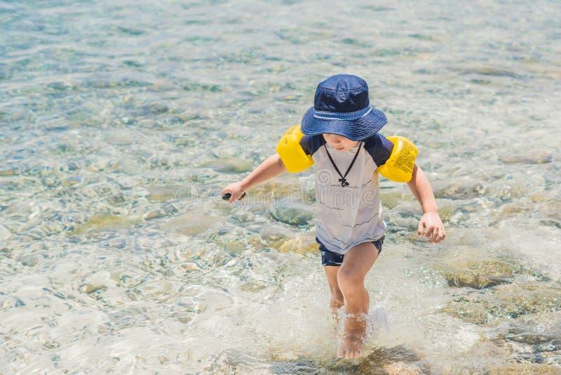 Pojken tycker om det tropiska havet och stranden arkivfoto
