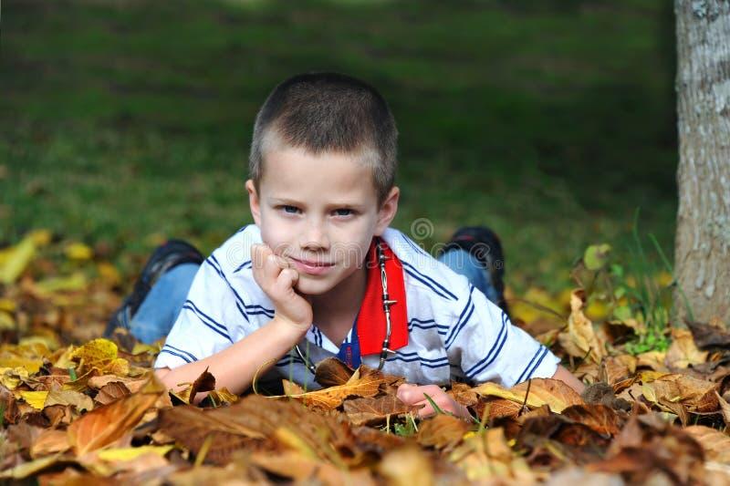Pojken tycker om höst i Arkansas royaltyfri fotografi