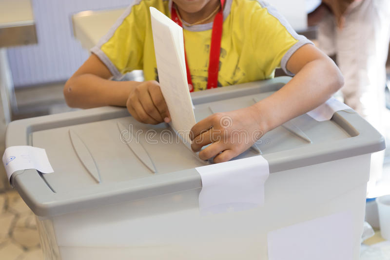 Pojkeröstning på demokratiskt val royaltyfria foton
