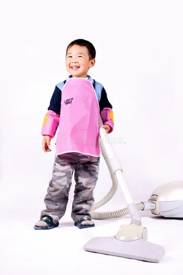 pojkerengöringsmedelvakuum arkivfoto