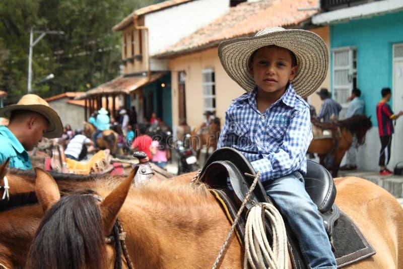 Pojkesammanträde på häst royaltyfria bilder