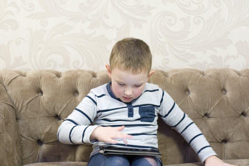 Pojkesammanträde på soffan royaltyfria foton