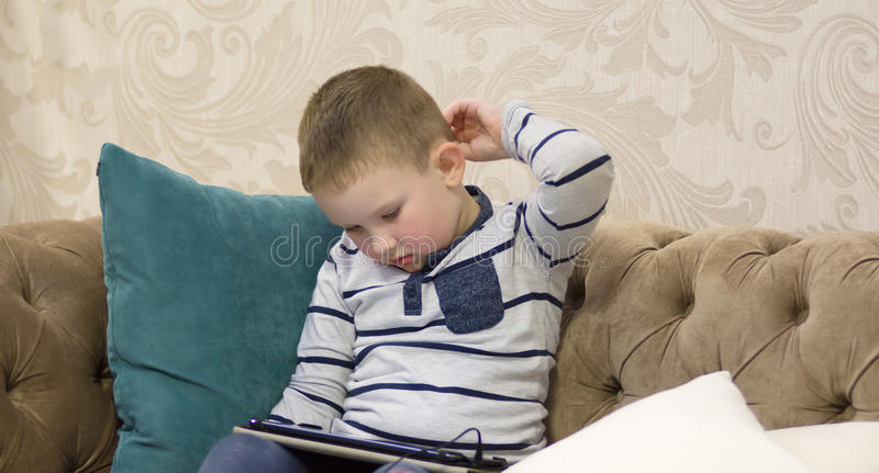 Pojkesammanträde på soffan royaltyfri foto