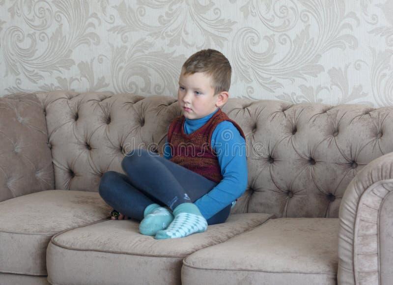 Pojkesammanträde på soffan arkivbild