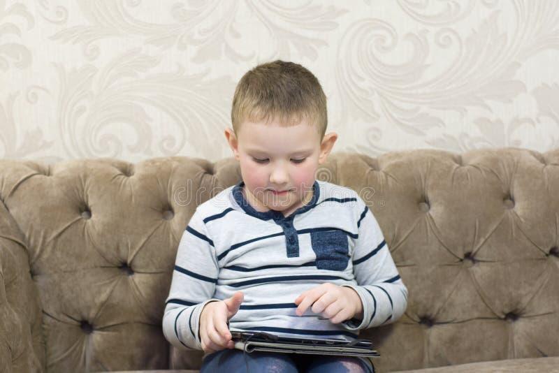 Pojkesammanträde på soffan arkivbilder
