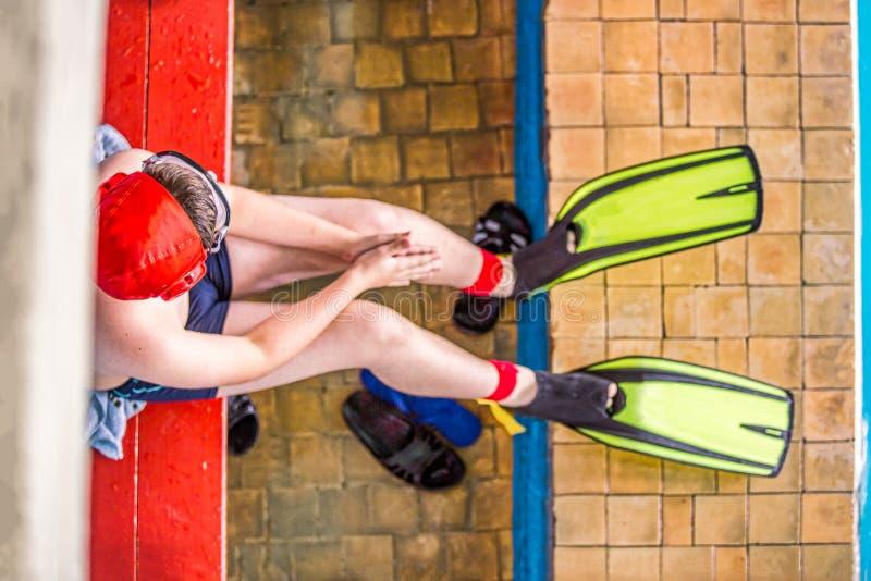 Pojkesimmare, deltagare i undervattens- ansträngning - aquatlon, väntar på striden för att börja royaltyfria foton