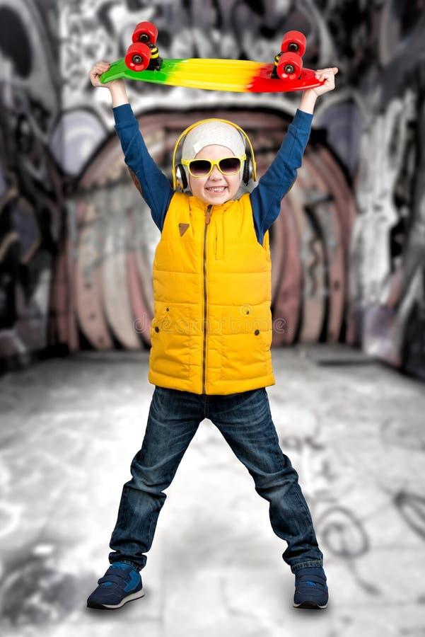 Pojkeskateboarder Extrema sportar, modebarn arkivfoto