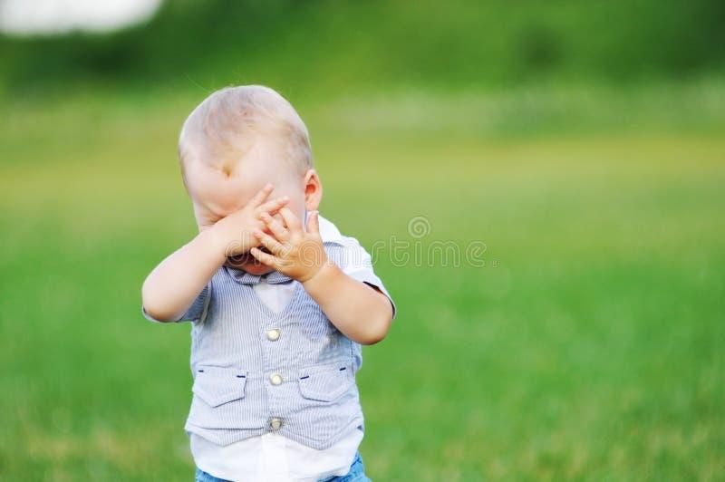 pojkeskrik little fotografering för bildbyråer