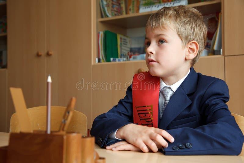 pojkeskrivbord hans skolalikformig arkivbild