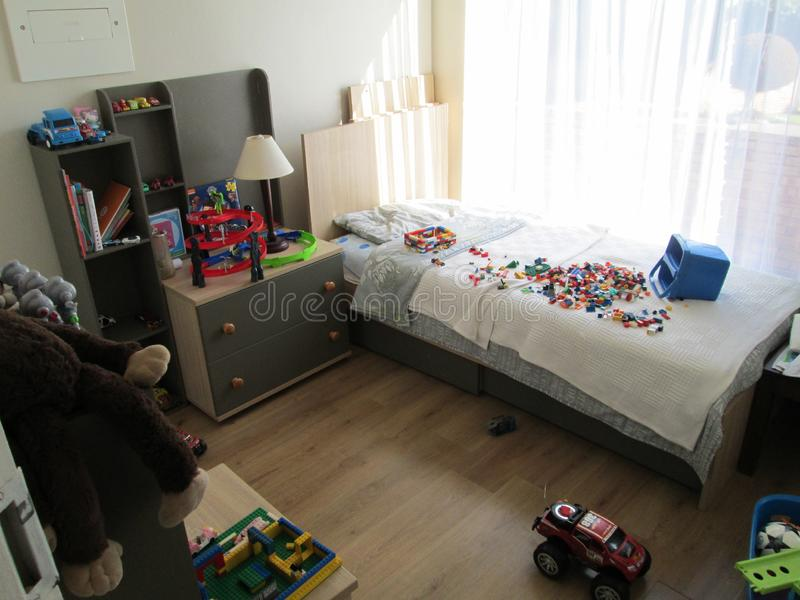Pojkesovrum med leksaker och solljus arkivbilder
