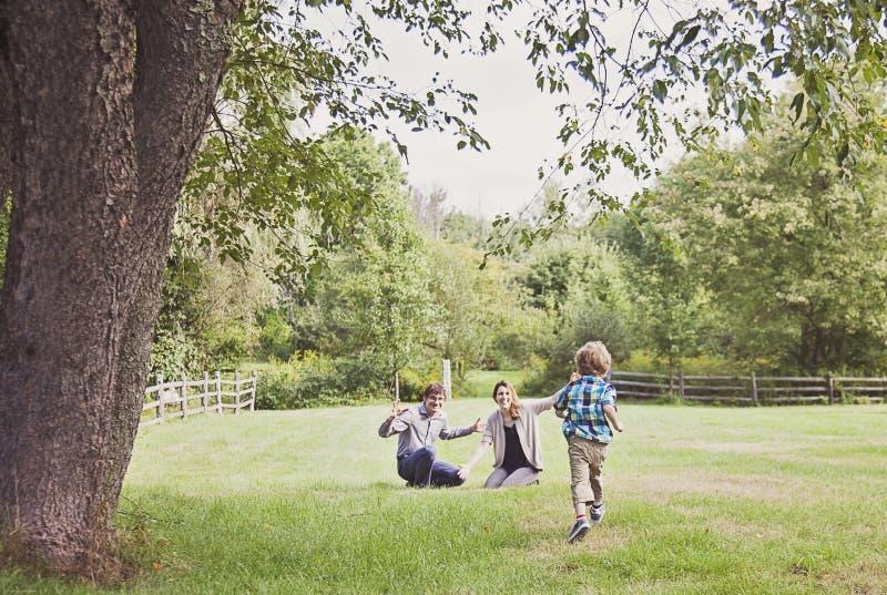 Pojkespring till föräldrar royaltyfri foto