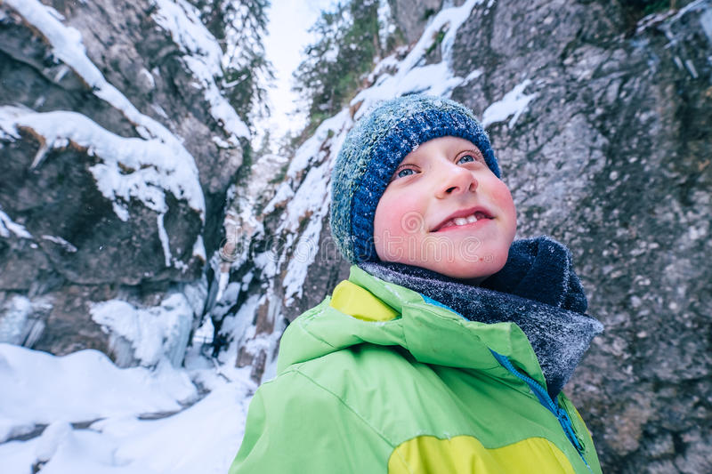 Pojkestående i vinterbergkanjon arkivbilder