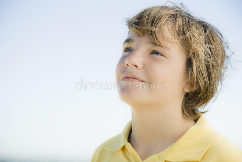 pojkeståendebarn arkivfoton