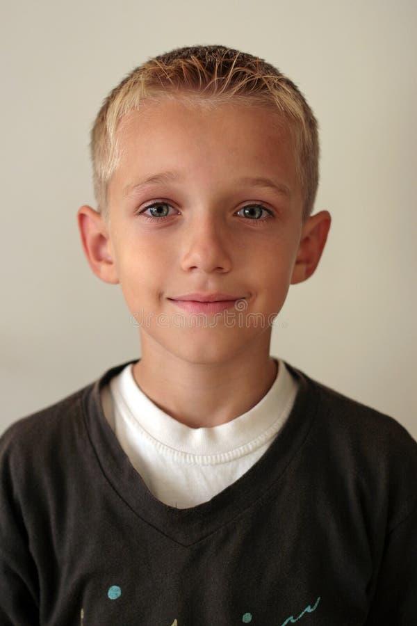 pojkeståendebarn royaltyfria foton