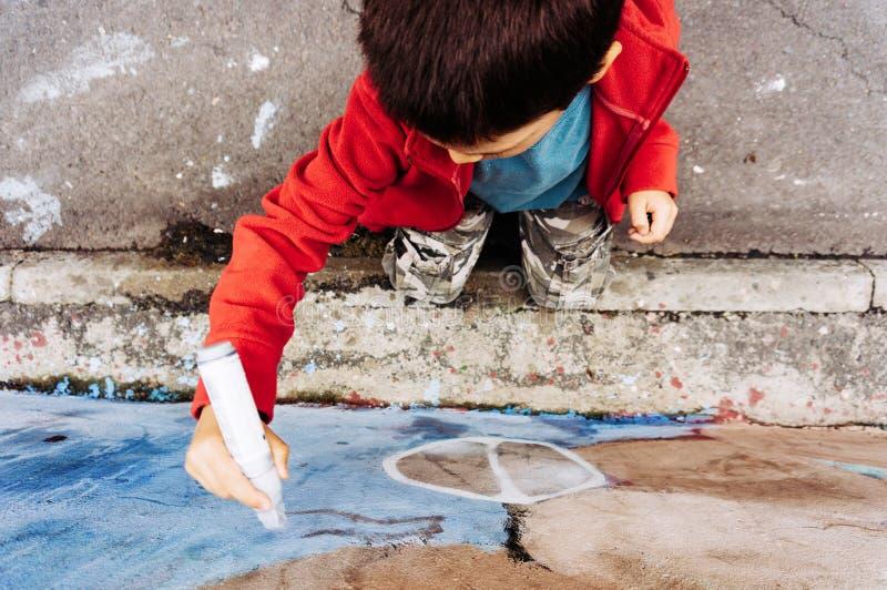 Pojketeckningsgrafitti fotografering för bildbyråer